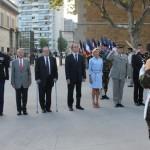 Le Général de corps d'armée Pierre Chavancy, Gouverneur militaire de Lyon accompagné des autorités politiques ou de leur représentant rendent hommage au drapeau du 99e RI