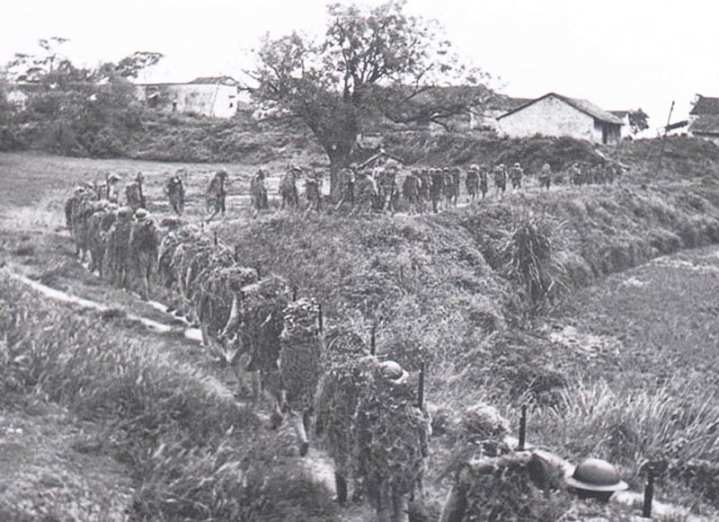 Chinese soldiers move up to fight the Japanese invaders
