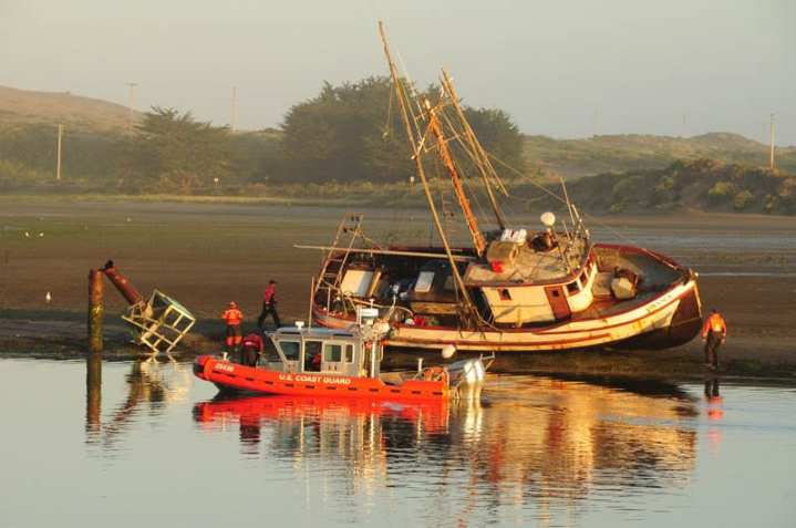 CG response crews and grounded vessel