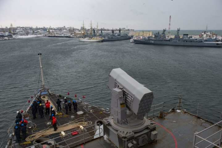 The Whidbey Island-class amphibious dock landing ship USS Fort McHenry (LSD 43) pulls into Constanta, Romania, for a scheduled port visit, Jan. 7, 2019.