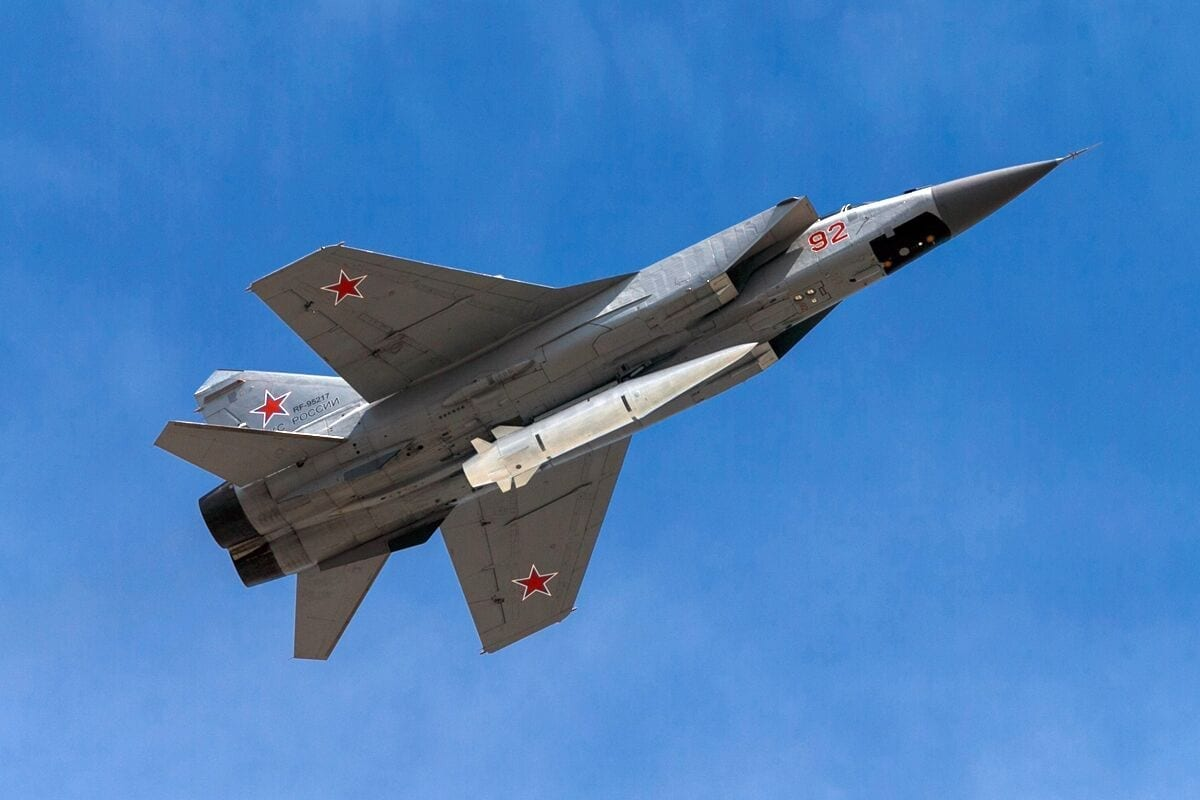 A MiG-31 carries the hypersonic Russian Kh-47M2 Kinzhal