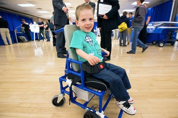 Menor cadeira de rodas do mundo para crianas com