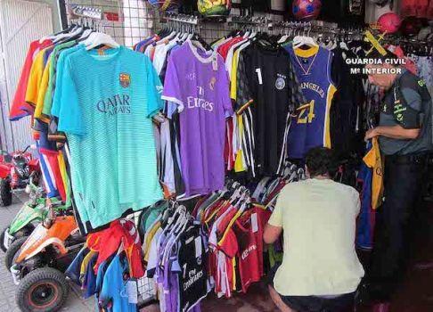 La Guàrdia Civil investiga a cinc persones per comercialitzar roba de marques falsificades a Sa Coma i Cala Bona