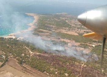 Un incendi a Cala Saona (Formentera) obligar a desallotjar al voltant de 200 turistes d'un hotel