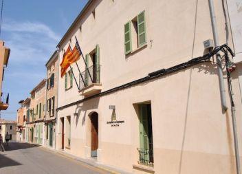 L'Ajuntament de Capdepera assumeix la gestió del centre de la tercera edat i d'un solar propietat del Govern