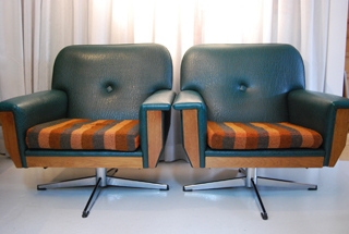 Twee bijzondere vintage fauteuils met retro skai leren
