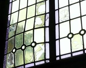 inspectie van schade aan glas in lood