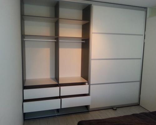 Interieur Schuifdeurkast Op Maat - Glans Wit Met Een Eiken Zwart Interieur