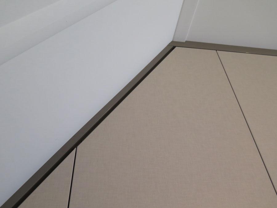 de-graaf-vlaardingen-draaideurkast-op-maat-schuine-wand-linnen-beige-bruingrijs-detail