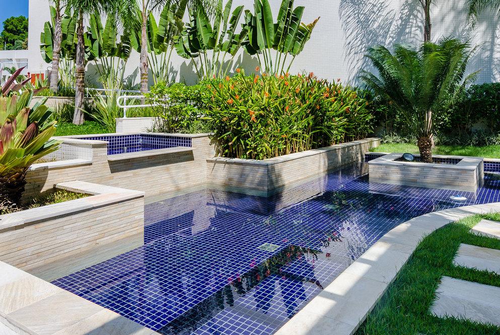 Prepare-se para o verão: conheça as vantagens das piscinas de alvenaria e as grandes tendências em revestimentos