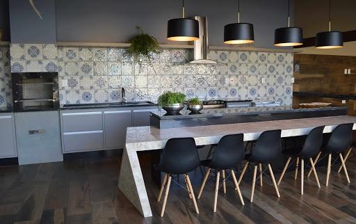 Ladrilhos hidráulicos podem ser utilizados em pisos, paredes e bancadas, dando um ar retrô ao ambiente
