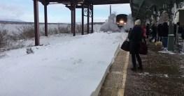 amtrak pfluegt schnee im bahnhof