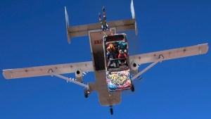 auto aus einem fliegenden flugze
