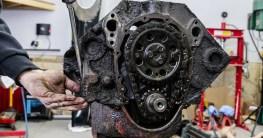ein alter chevy v motor wird im