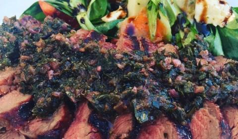 Rindersteakhüfte mit Chimichurri Sauce und Salat