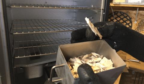 Smokingbox mit Räucherchips gefüllt