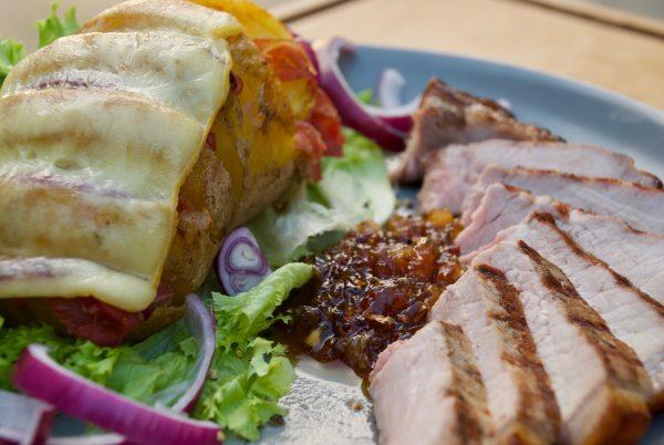 Dry Aged Schweinekotelett vom Schwäbisch-Hällischem mit Fächerkartoffel