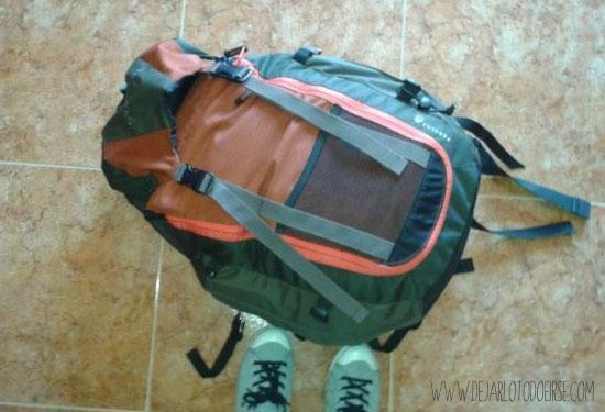 mochila con apertura delantera