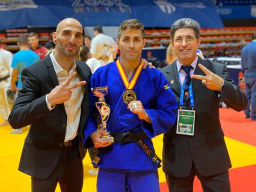 Justo celebrando titulo de judo