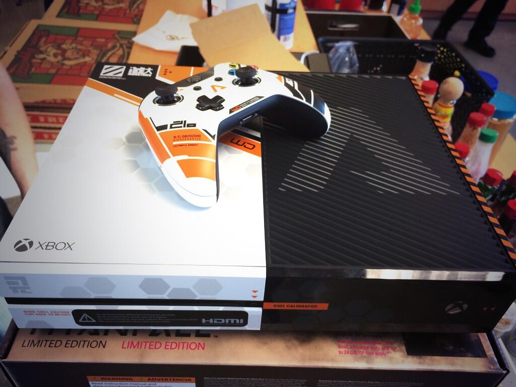 1394156414-limited-edition-titanfall-xbox-one-3