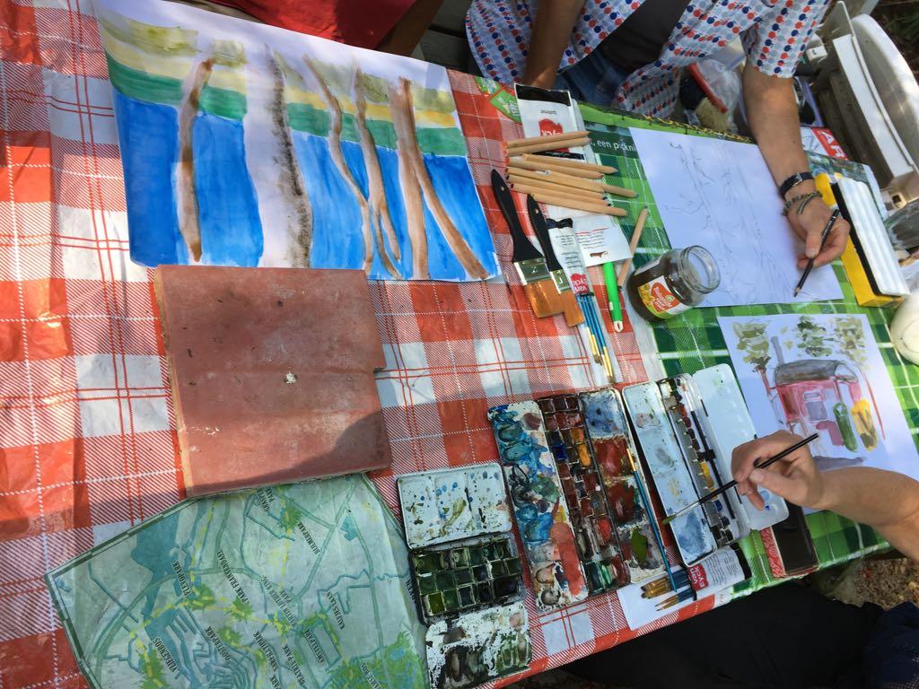 in kleur tekenen naar de natuur. lekker buiten aan de grote picknicktafel.buiten tekenen, schilderen, meditatief, creatief leerzaam