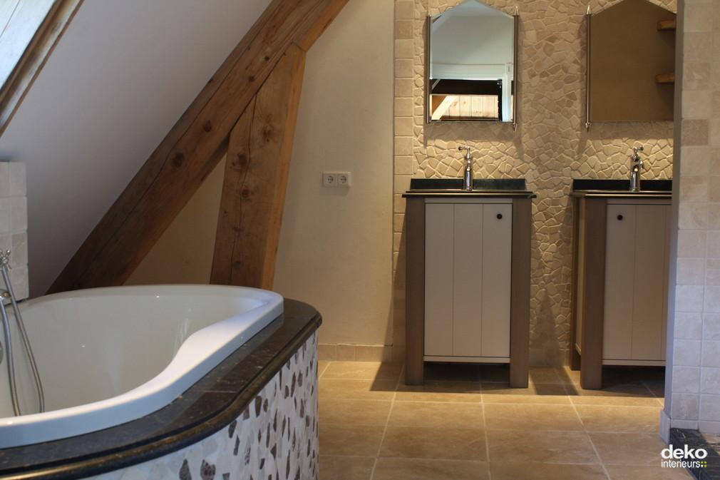 Ruime badkamer in woonboerderij  maatwerk interieurbouw