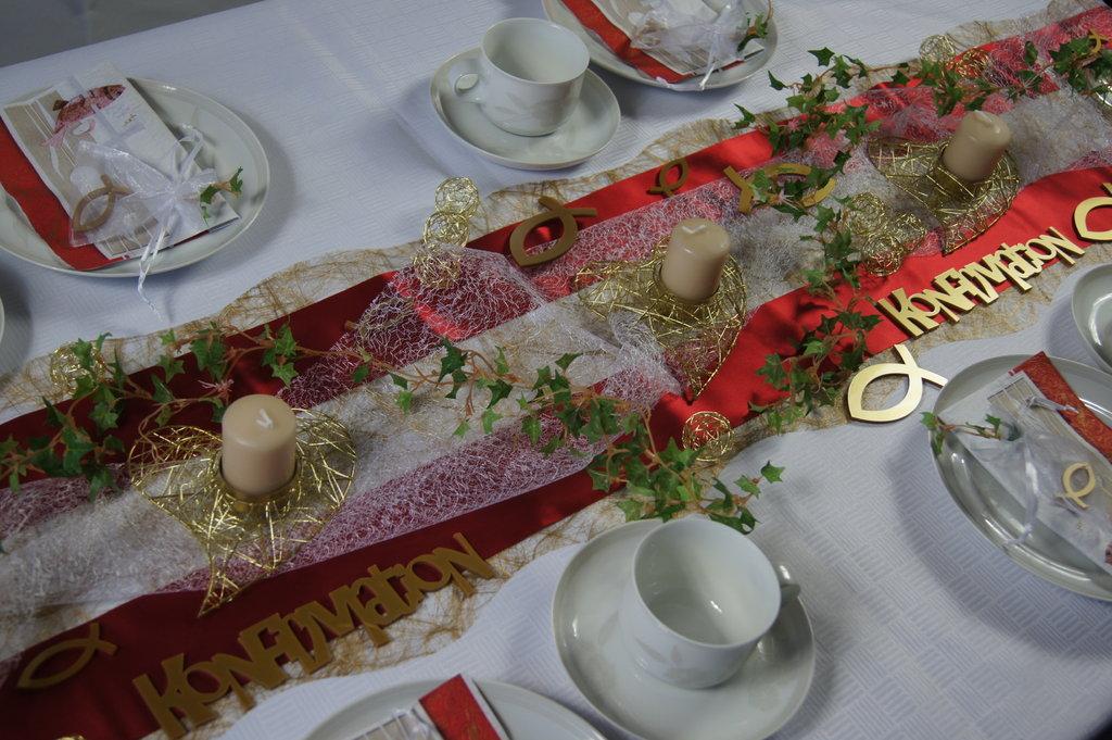 Tischdeko Kommunion bordeaux wei  Die Tischdekoration