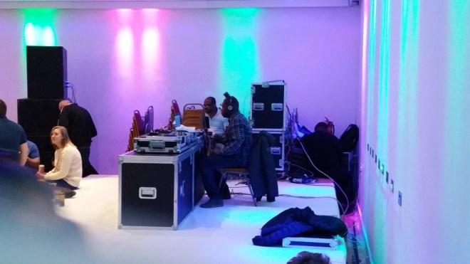 De DJ van dienst.
