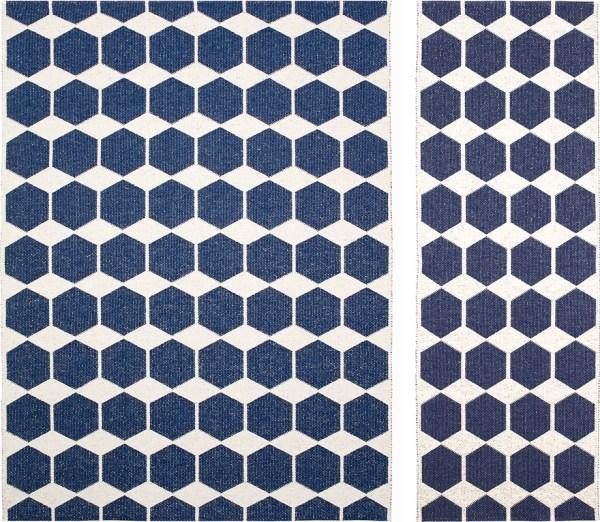 Alfombra de plástico Anna color denim blue de Brita Sweden