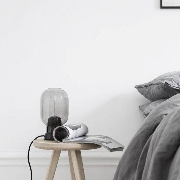 Lámpara de mesa AMP de Normann Copenhagen con base en mármol negro y tulipa ahumada gris