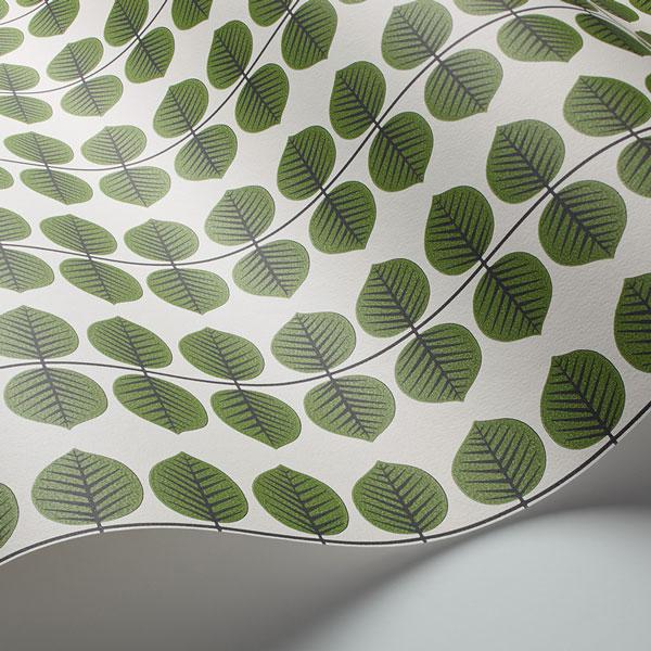 Detalle del papel pintado Bersa en color verde de la colección Scandinavian Designers II de Borastapeter