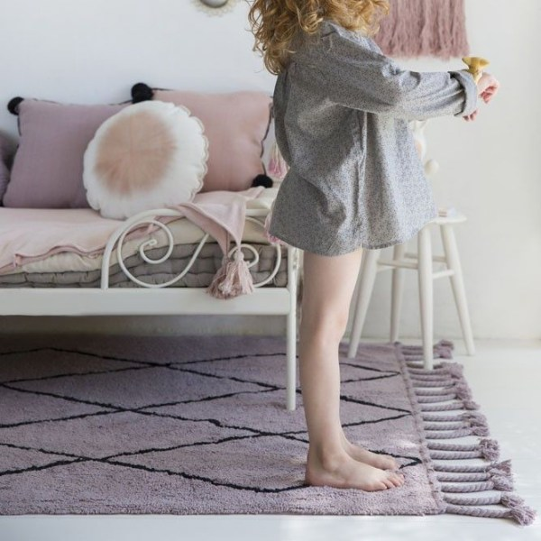 Alfombra lavable Bereber lila de Lorena Canals en habitación infantil
