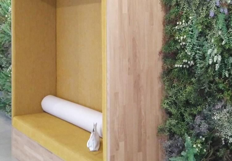 diseño de una sala de espera en la entrada de unas oficinas