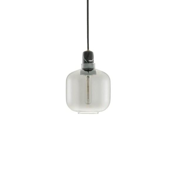 Lampara AMP small de Normann Copenhagen con casquillo en mármol negro y tulipa de cristal gris ahumado