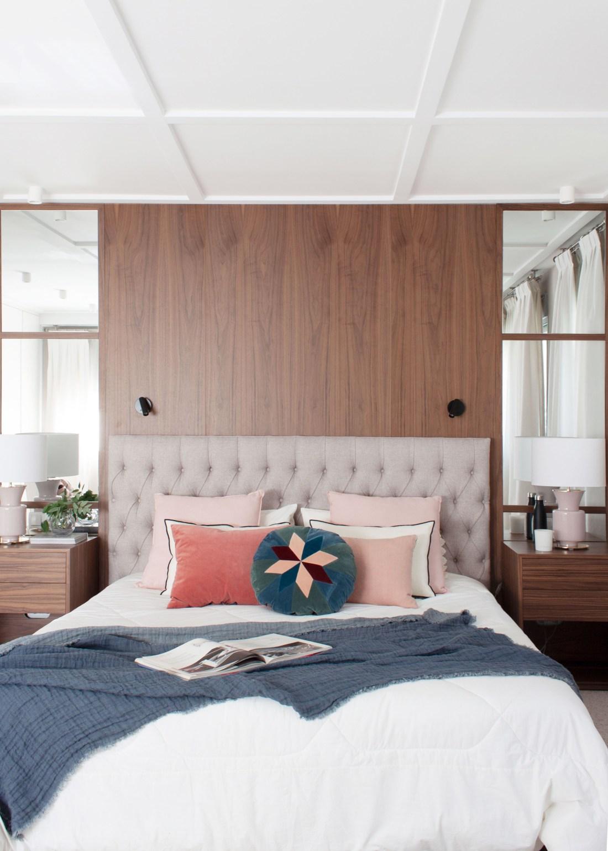 pared de nogal con con mobiliario a medida en un elegante dormitorio
