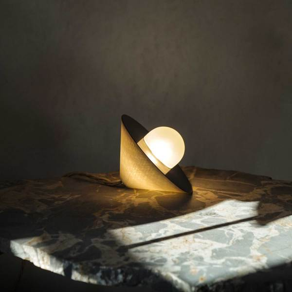 lampara de sobremesa de Contain Mallorca disponible en Deleite Design