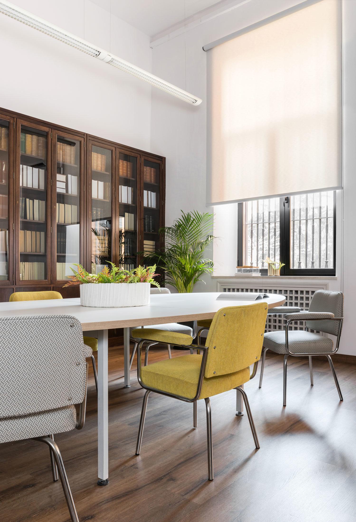 sala de profesores con muebles actualizados por Deleite Design