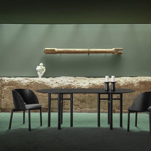 mesa ovalada de fresno tintado en negro modelo junco de teulat