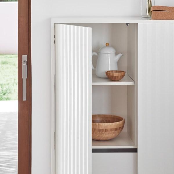 mueble de almacenaje con puertas alistonadas lacado en blanco
