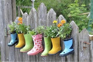 convierte-tus-botas-de-goma-en-macetas-para-las-plantas-1-copiar