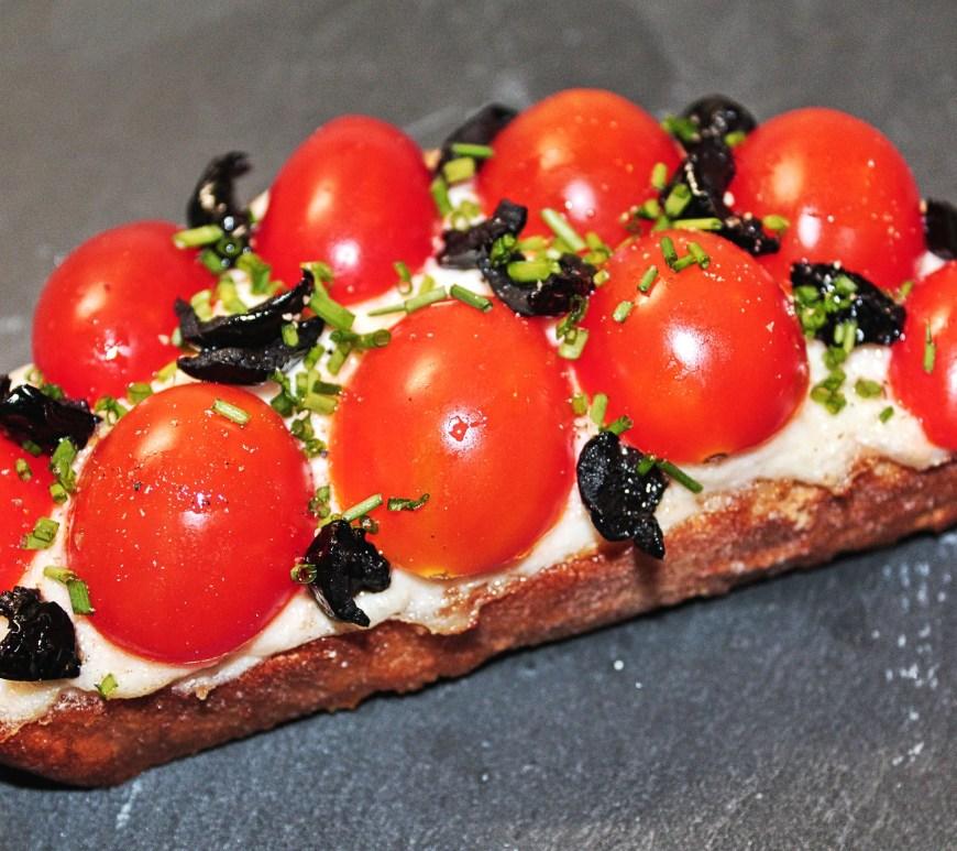 Délicimô ! - Recette Bruschetta à la Brande de Morue, Tomates Cerises et Olives Noires - www.delicimo.fr