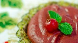 Tarta cu fistic si mousse de ciocolata & fructe de padure – raw vegan