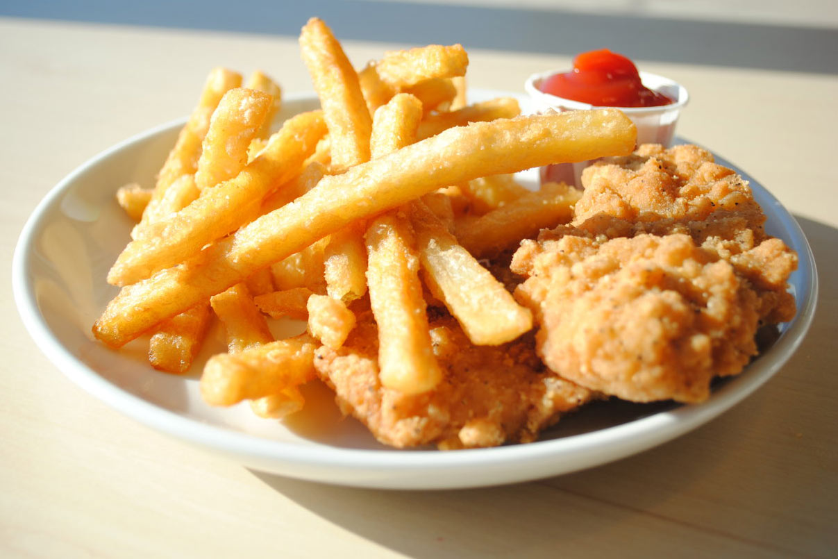 Pollo con papas fritas con patatas fritas