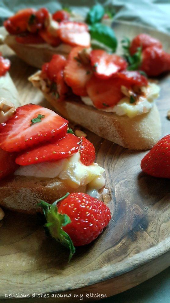 Knusprige Bruschetta mit Ziegenkäse und Erdbeeren