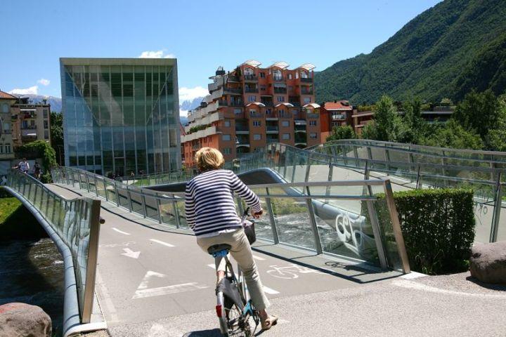 Talferbrücke am Museion: eine für Radfahrer, eine für Fußgänger