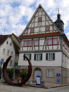 Alt und neu: Kunst vorm Rathaus in Künzelsau
