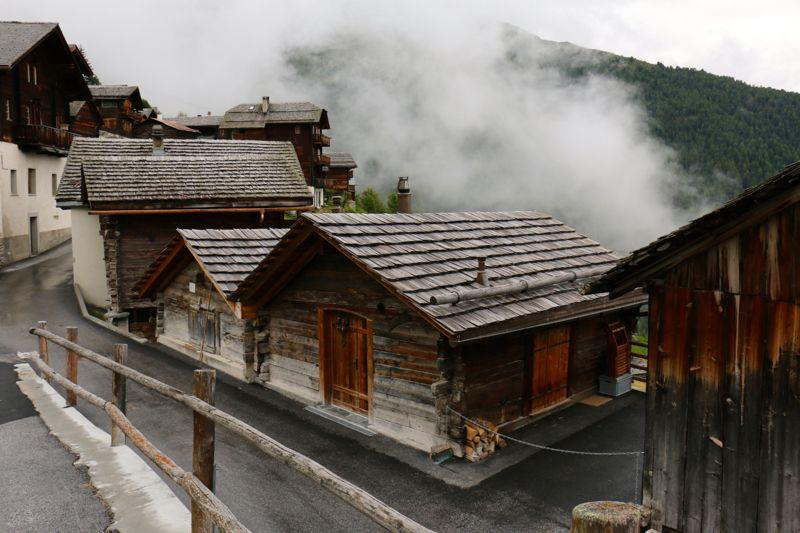 Typische Holzhäuser in Chandolin. Die Zeit färbt das Lärchenholz schwarz.