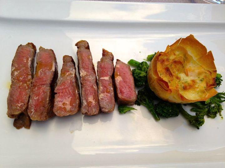 Hauptspeise im Restaurant Kaiserkron: Ochsentagliata mit Kartoffelgratin
