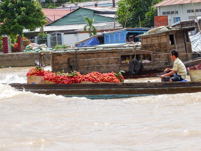 Boot mit Obst auf dem Mekong