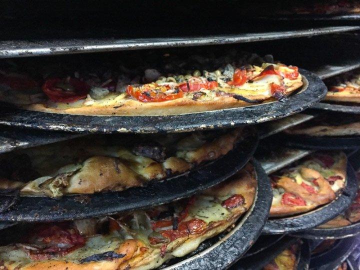 Ein bisschen Fladenbrot, ein bisschen Pizza: Ftira